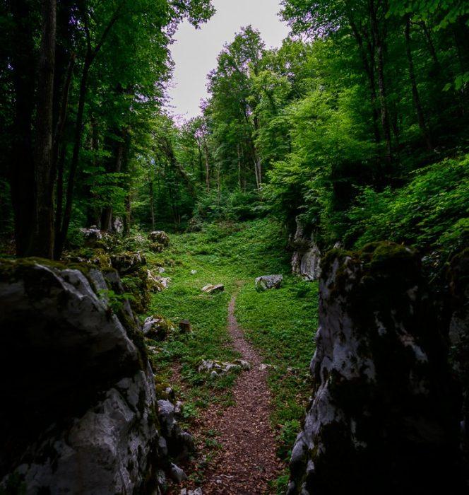 nekdanje svetišče v naravi, danes so ostali samo še kamni, ki spominjajo na nekdanjo stavbo