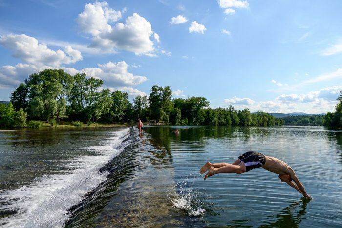 moški skače v reko Kolpo