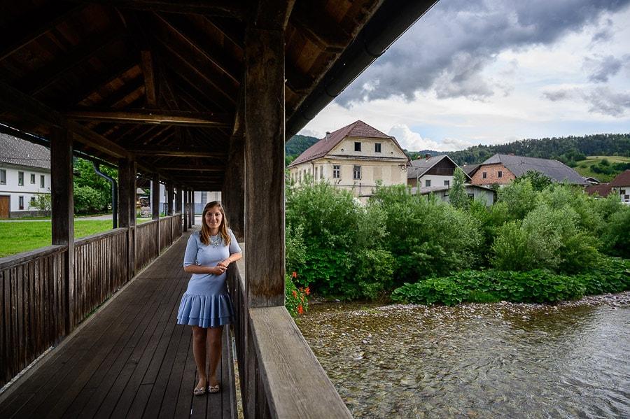 ženska na lesenem mostu, Neškova brv