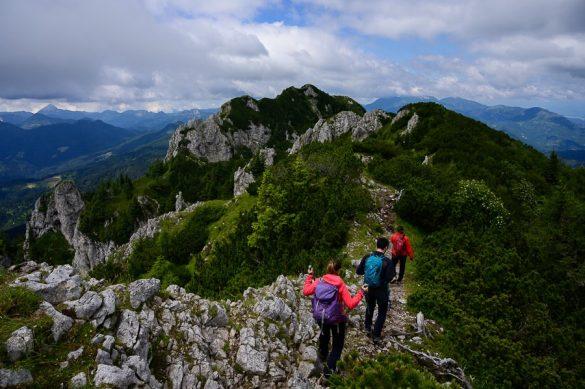 pohodniki hodijo po grebenu Olševe