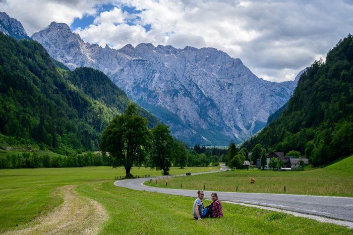par, ki sedi na travniku ob cesti v Logarsko dolino