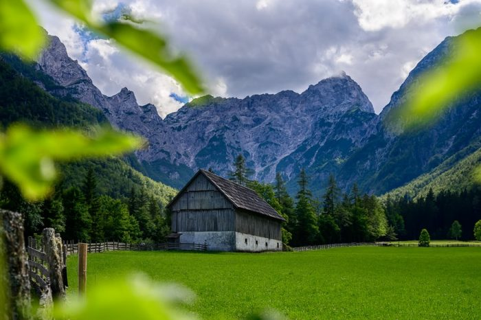 lesena hiša na travniku pod gorami, Robanov kot