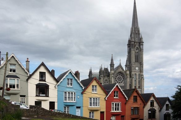 pisane hiške in gotska katedrala v ozadju, mesto Cobh