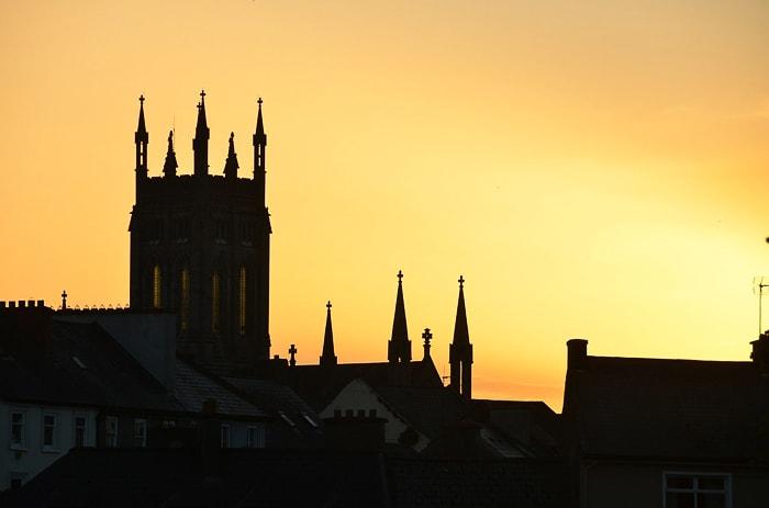 cerkev v kraju Kilkenny ob sončnem zahodu