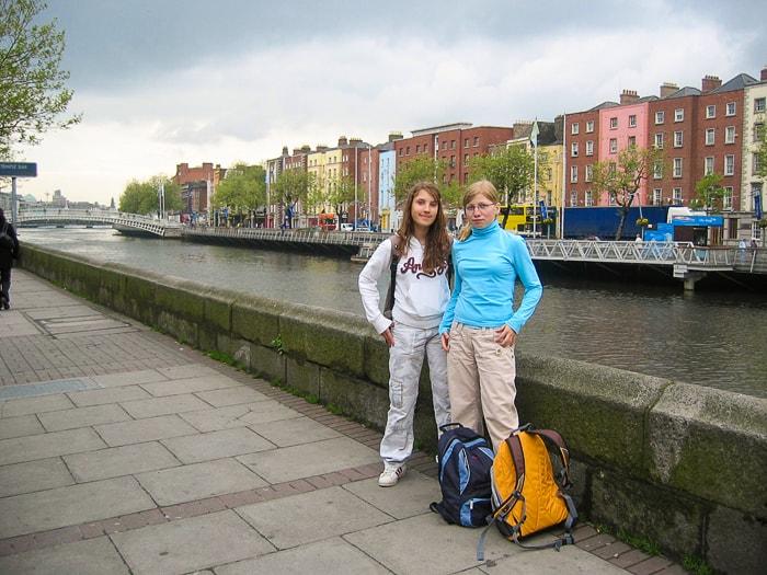 dve dekleti ob rečnem kanalu v Dublinu
