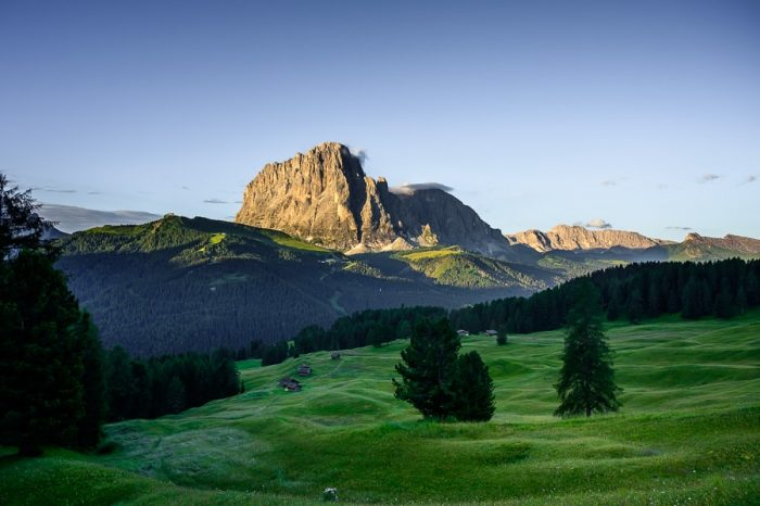 pokrajina v Dolomitih. Razgled s Secede: zeleni pašniki in mogočna gora v ozadju