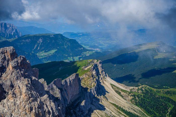 Seceda - gorski greben v Dolomitih, ki je na eni strani odsekan, na drugi pa zelen in položen