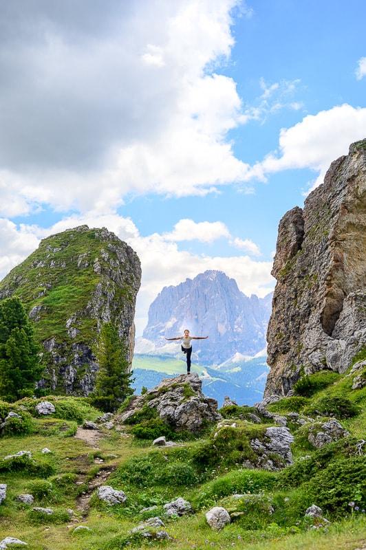 ženska dela lastovko med dvema skalama - Peiralongia v Dolomitih