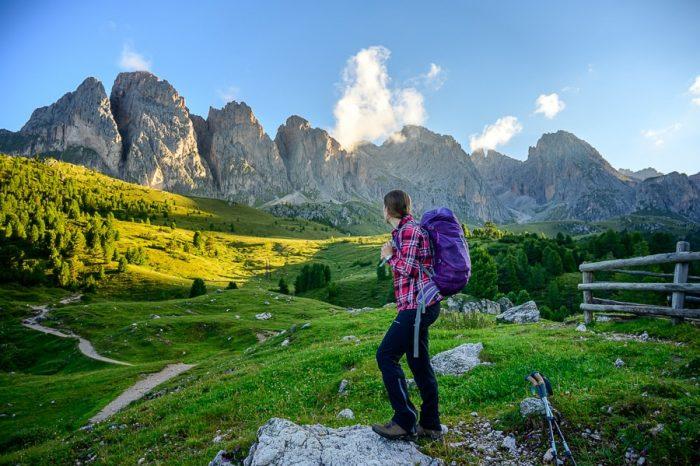 ženska z nahrbtnikom gleda proti goram