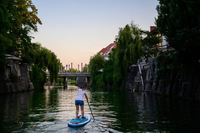 supanje po Ljubljanici, ženska na supu na reki Ljubljanici