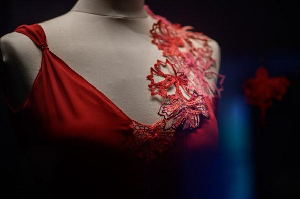 rdeča svečana obleka z naramnico iz idrijske čipke