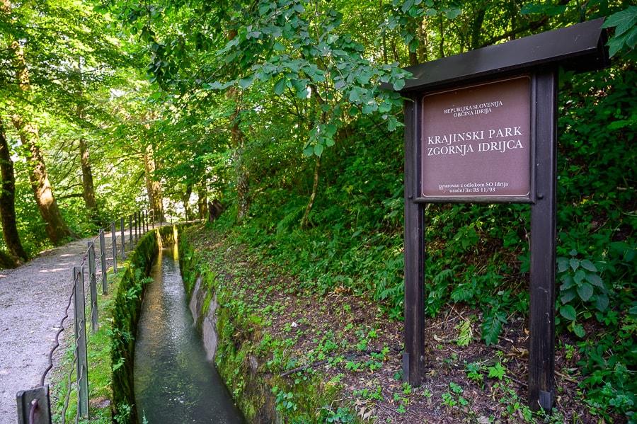 ozek vodni kanal ob sprehajalni poti Ob rakah v Idriji