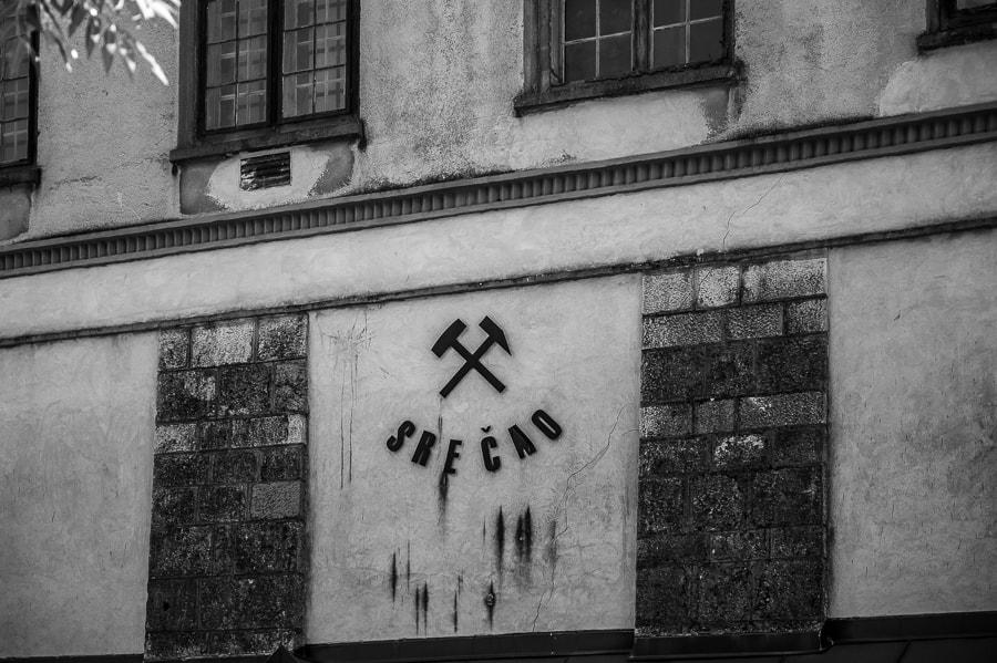 rudarski napis srečno nad vhodom v idrijski rudnik