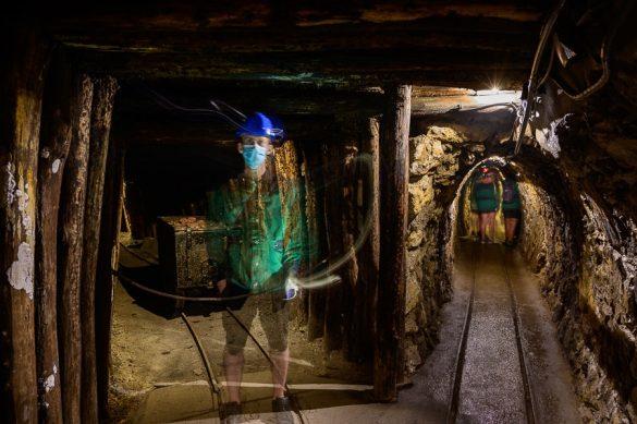 moški v rudniškem rovu