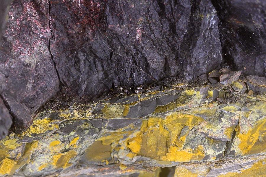 kamnina z rumenimi lisami (sledi žvepla)