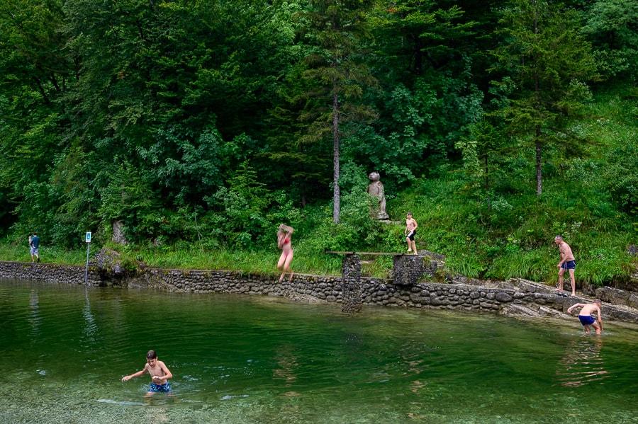ženska skače v vodo, kopališče Lajšt