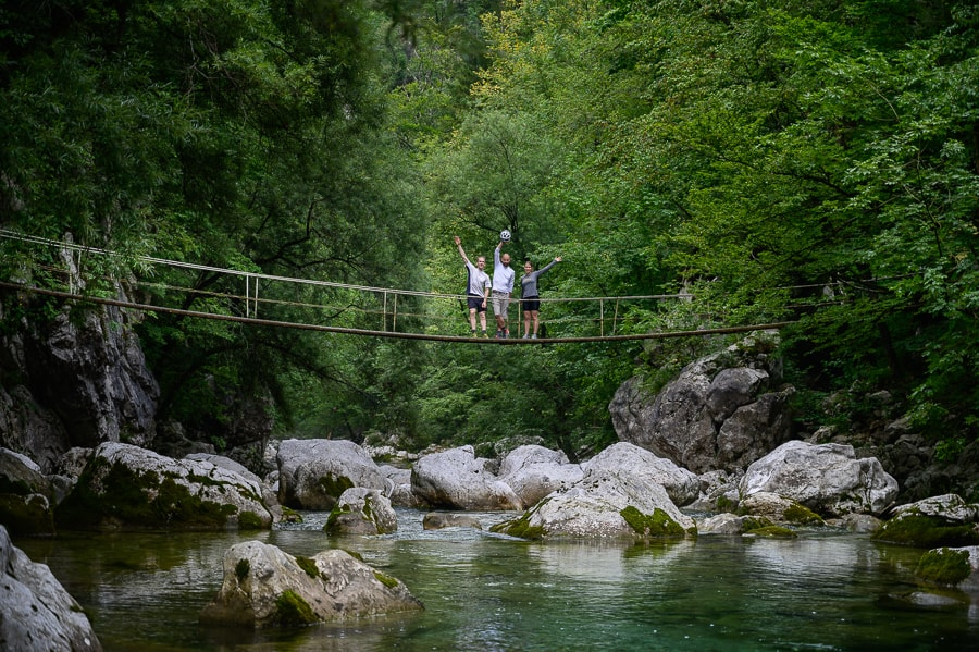 trije ljudje na visečem mostu. Idrija