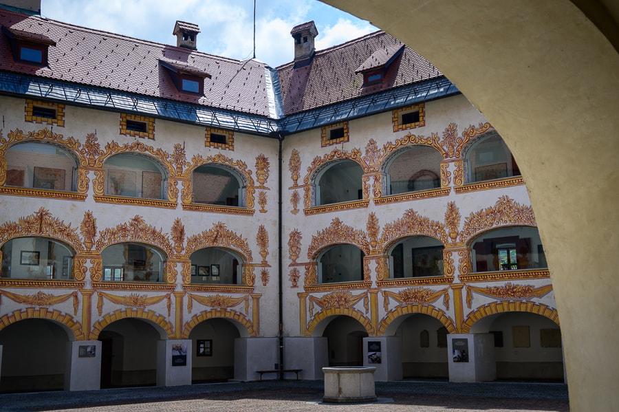 notranje dvorišče gradu, grad gewerkenegg, idrija