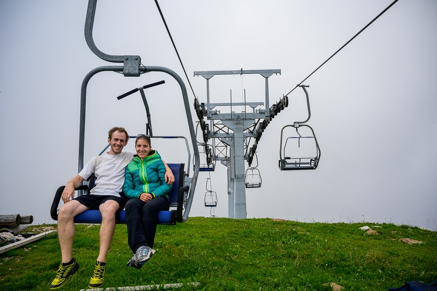 moški in ženska sedita na sedežnici na vrhu Zvoha