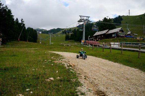 Ženska v gorskem go-kartu na Krvavcu