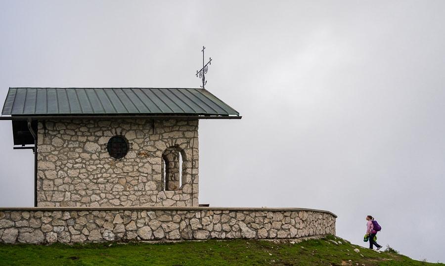 majhna kamnita kapela na vrhu hriba. Plečnikova kapela, Krvavec