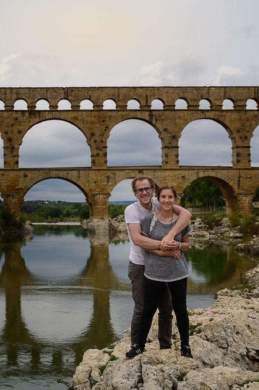 moški in ženska pred rimskim akvaduktom Pont du Gard, izlet v Francijo
