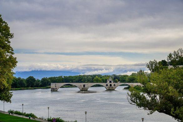 Pont St-Benezet kamniti most, ki se razteza le do polovice reke Rone