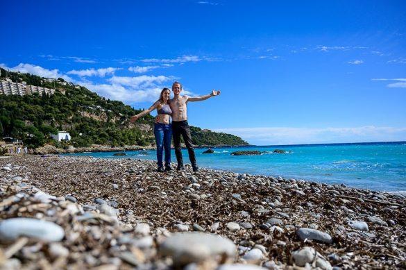 moški in ženska na plaži Plage du Buse