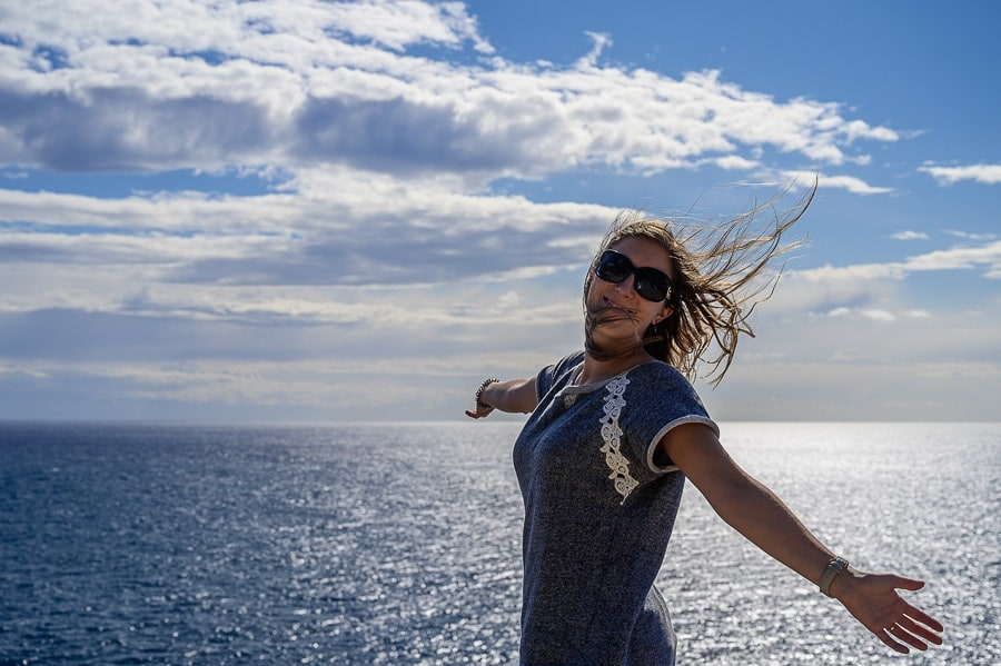 ženska na razgledni ploščadi nad morjem