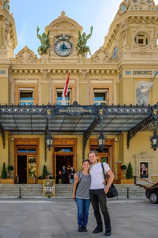 moški in ženska pred kazinojem v Monaku