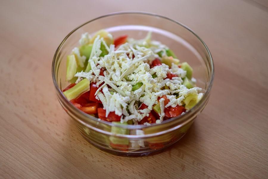 skleda s pisano zelenjavo in sirom, šopska solata