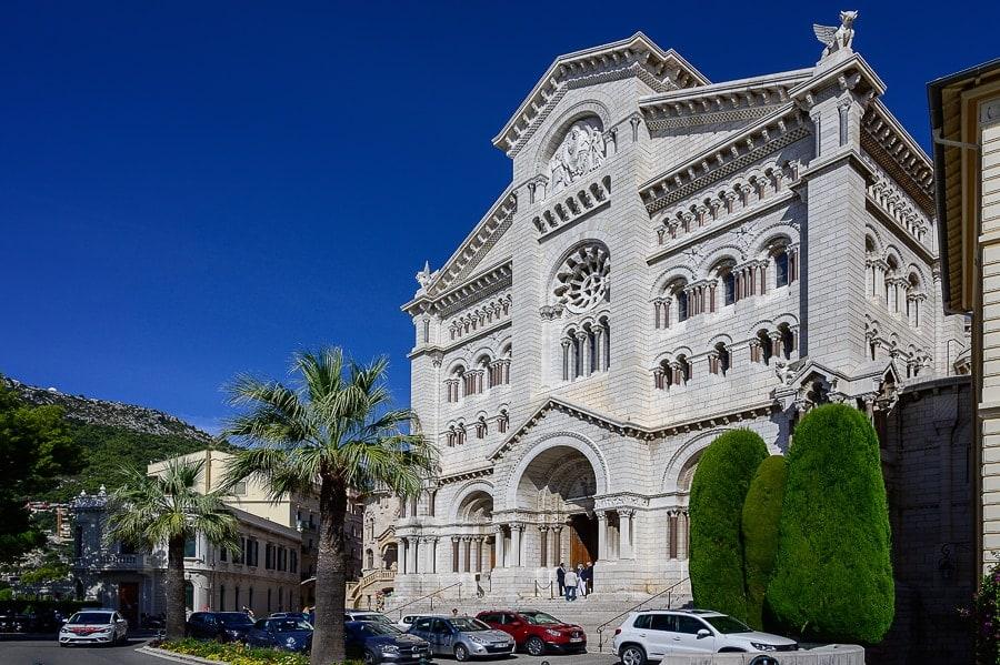 bela cerkev v bizantinskem slogu. Katedrala v Monaku