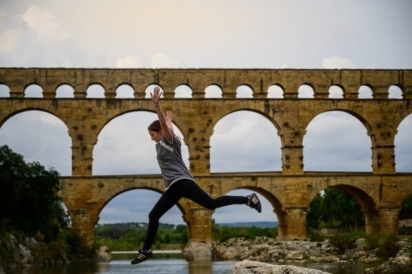 ženska v skoku. v ozadju pont du gard, rimski akvadukt
