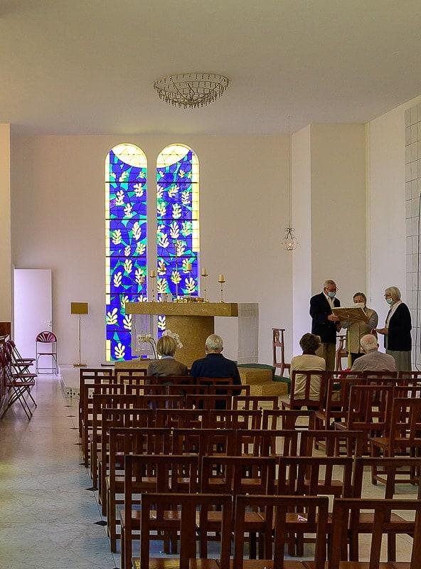 moderna kapela z visokimi barvnimi okni