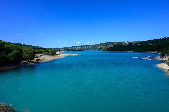 turkizno modra voda jezera Lac de Ste-Croix, soteska Verdon
