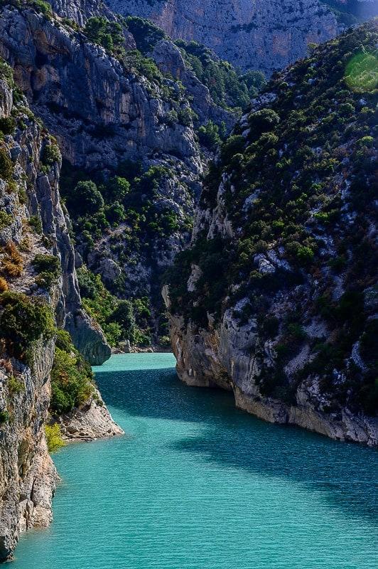 turkizna reka teče skozi ozko sotesko