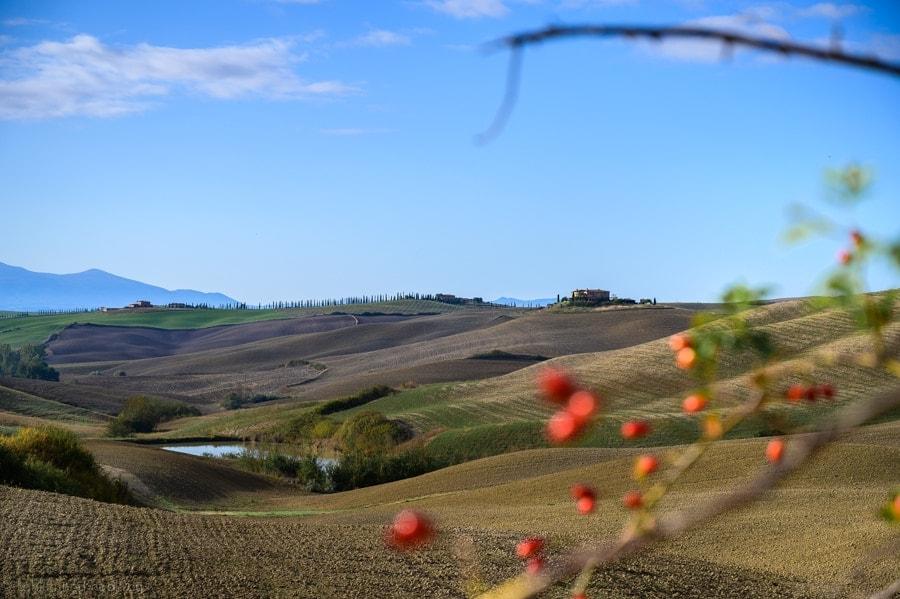 toskanska opečnata stavba na griču nad polji