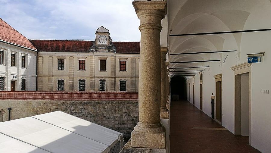 grajsko dvorišče in arkade. Brežiški grad