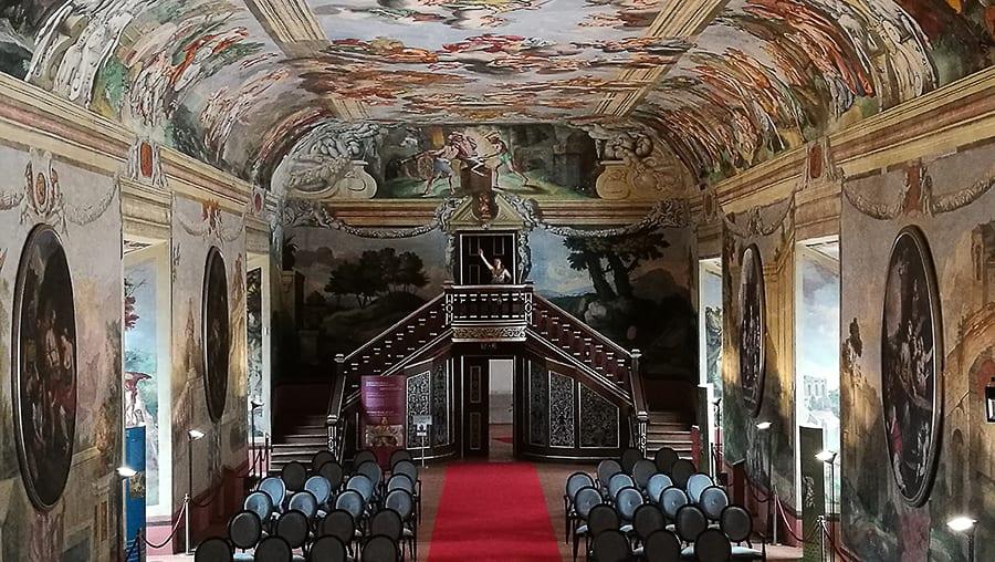 dvorana s freskami na stropu. viteška dvorana brežice
