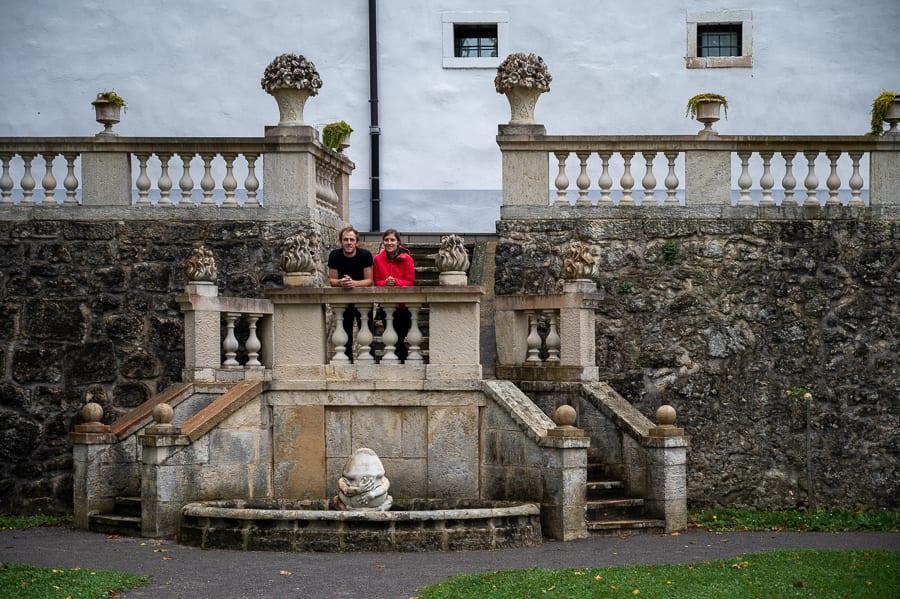 moški in ženska na stopnišču pred gradom Sevnica