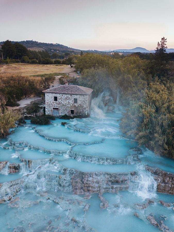 terme Saturnia: kamnita hiša sredi mineralnih baznečkov