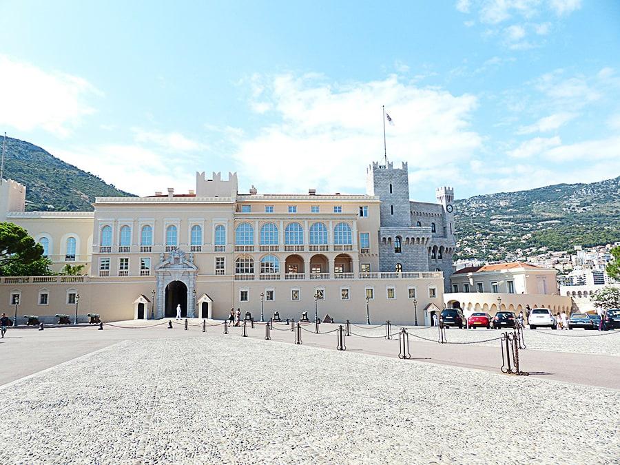 bela kraljevska palača na velikem trgu - Monako znamenitosti