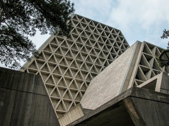 Betonska cerkev v obliki piramide v Italiji
