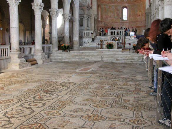 talni mozaiki v Ogleju v baziliki
