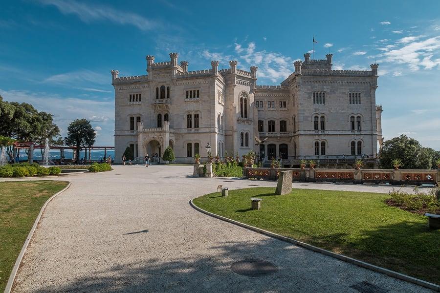 bel grad Miramare v bližini Trsta