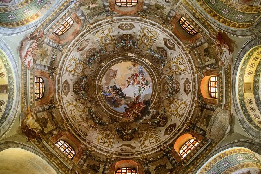 s freskami poslikan strop cerkve v Raveni