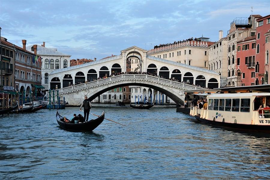 most Rialto nad reko, gondola v benetkah
