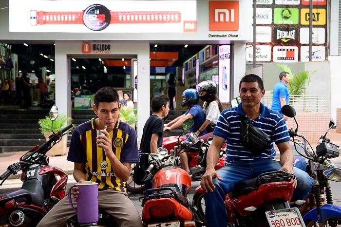 moški sedijo na motorjih in pijejo yerba mate