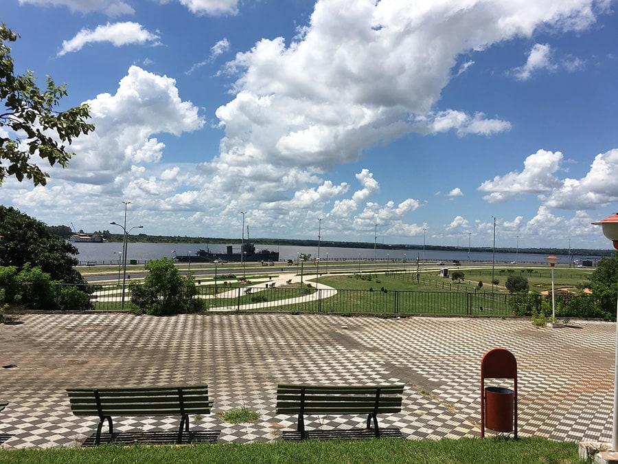 park ob jezeru s klopcami