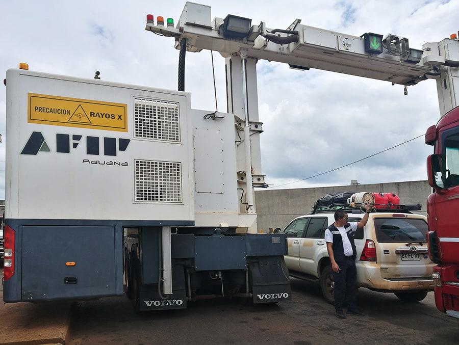 meja med Argentino in Paragvajem. Tovornjak z rentgensko mašino nad avtomobilom.